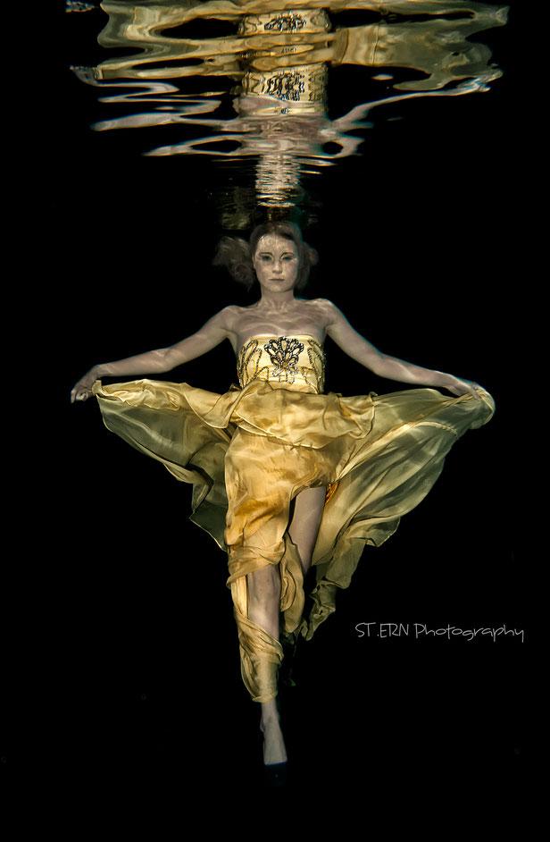 Unterwasser Modefotografie wallende Gewänder und Spiegelungen