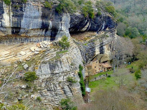 """""""Chaleureux"""" habitat troglodyte à Aiguebelle (Commune de Sivergues)"""