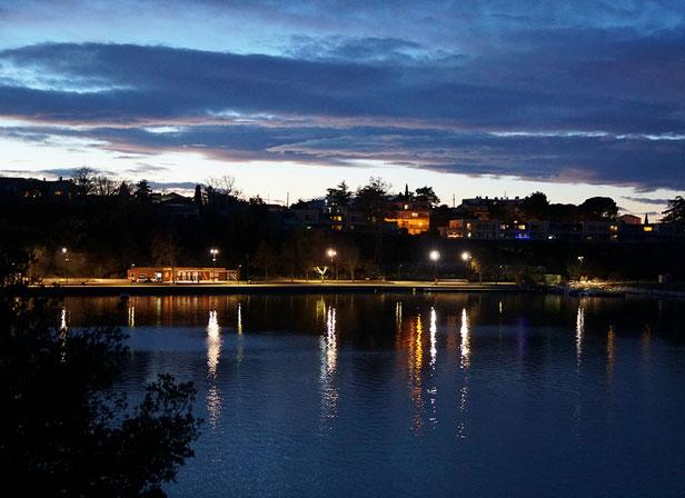 17 heures 30 : départ depuis le Parc Art' Zoo, vue sur l'étang de l'Olivier
