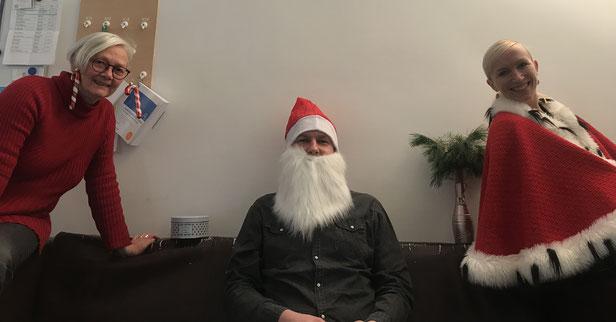Das Künstlerische Betriebsbüro hat sogar extra nach Rentier-Ohren gefragt. Aber ich glaube, der Weihnachtsmannbart kam auch gut an! Von links nach rechts seht ihr Vera Högemann (Künstlerische Betriebsdirektorin), Heiko Wunderlich und Romy Avemarg.