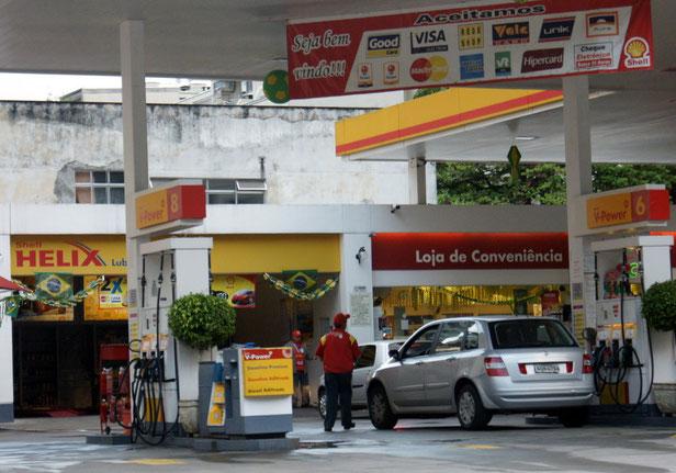 Tankstelle mit WM-Deko