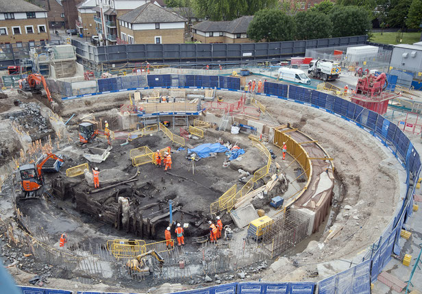 Les archéologues fouillant le promontoire de Chambers Wharf pour la construction du tunnel Tideway. Crédit : MOLA