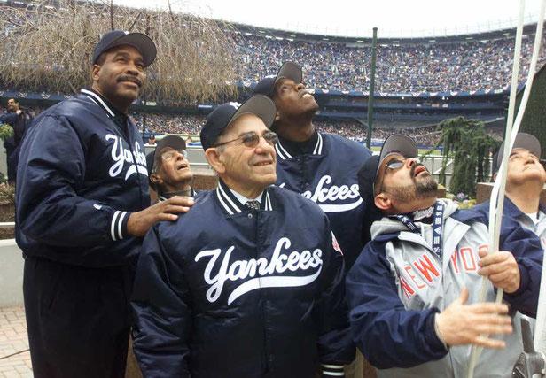 Yogi Berra al centro il 2 Aprile 2001 allo Yankee Stadium - SUZANNE PLUNKETT Associated Press