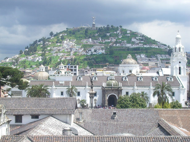 Über den Dächern von Quitos wunderschönen Altstadt - mit dem Panecillo im Hintergrund