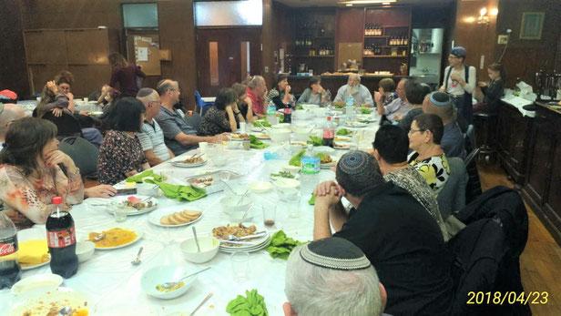 関西ユダヤ教団で夕食後にラビを囲むイスラエル人観光客の皆さん。男性はキッパと呼ばれる帽子をかぶっています。