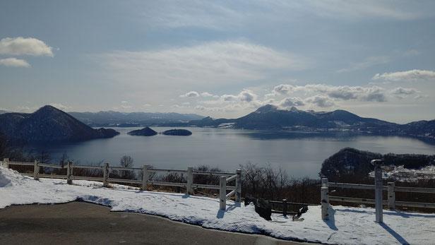 洞爺湖と洞爺湖の向こう側の山々が見える