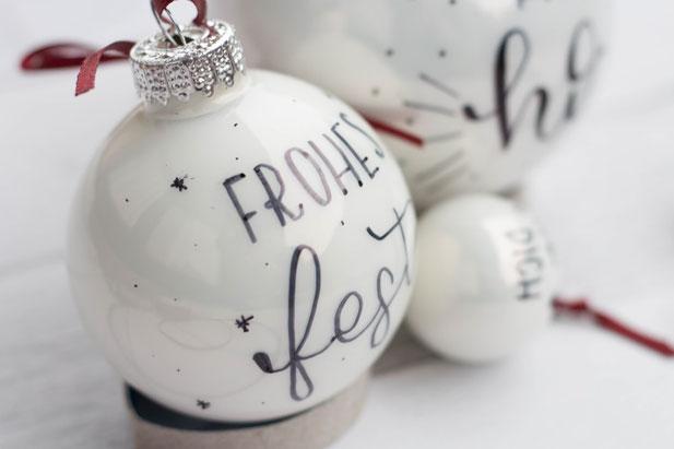 Frohes Fest - DIY Idee für Weihnachten: Weihnachtskugeln belettern - Handlettering auf Weihnachtskugeln