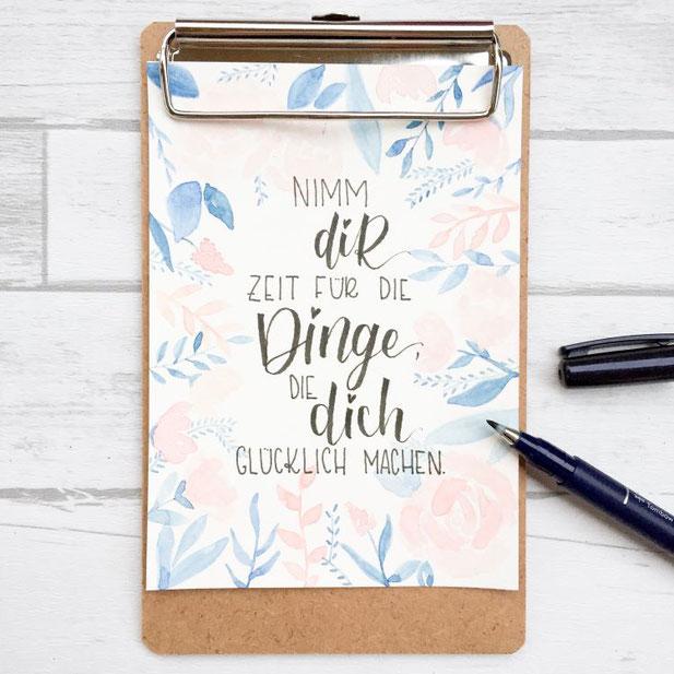 Lettering von _jessiswelt: Nimm dir Zeit für die Dinge, die dich glücklich machen. Handlettering Spruch mit Aquarell Hintergrund