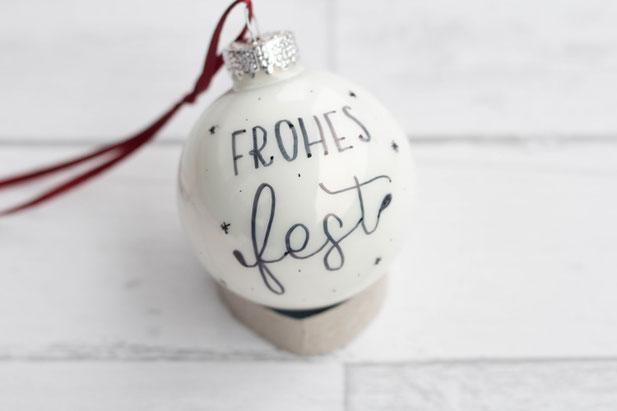 Lettering auf einer Weihnachtskugel - frohes Fest - eine Anleitung von _jessiswelt für die Letter Lovers