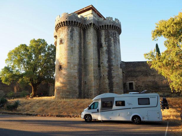 toller Parkplatz vor dem alten Wehrturm