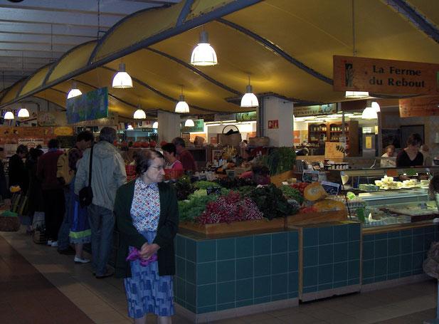 De zaterdag(morgen)markt in Nevers. Er is een grote markt buiten en een overdekte markt. Op de foto de overdekte markt Marché Carnot met ook veel biologische kramen en kramen van kleinschalige lokale bedrijfjes..