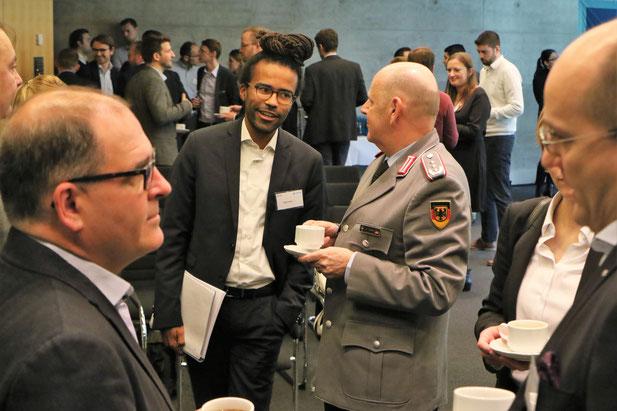 Sicherheitspolitik zum Anfassen - Netzwerkmitglied im Gespräch mit Vertreter des BMVg