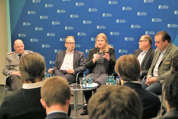 Felicitas Weileder moderierte das Panel zur Entwicklungspolitik