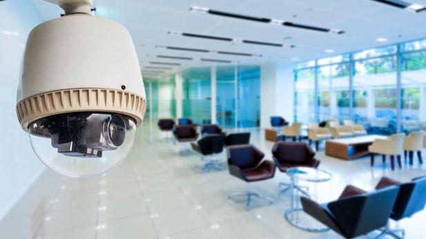 Cámara de vigilancia en una oficina. Istock