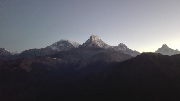 Langsam erschien ein Gipfel nach dem anderen aus der Dunkelheit...