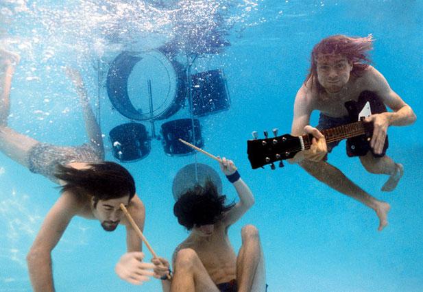 nirvana band suona sotto acqua