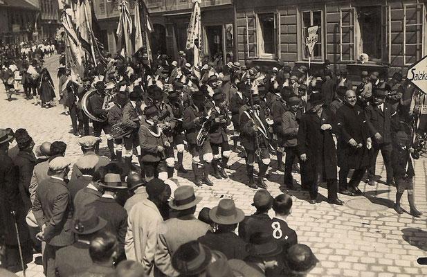1930: Die Musikkapelle beim 60-jährigen Fest des katholischen Volksverein Linz