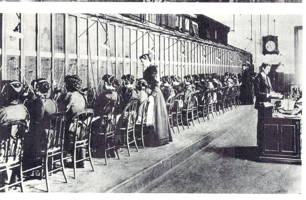Telefonistinnen vermitteln Gespräche - ein moderner Angestelltenberuf um 1900