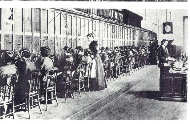 Telefonistinnen vermitteln News - ein moderner Angestelltenberuf um 1900