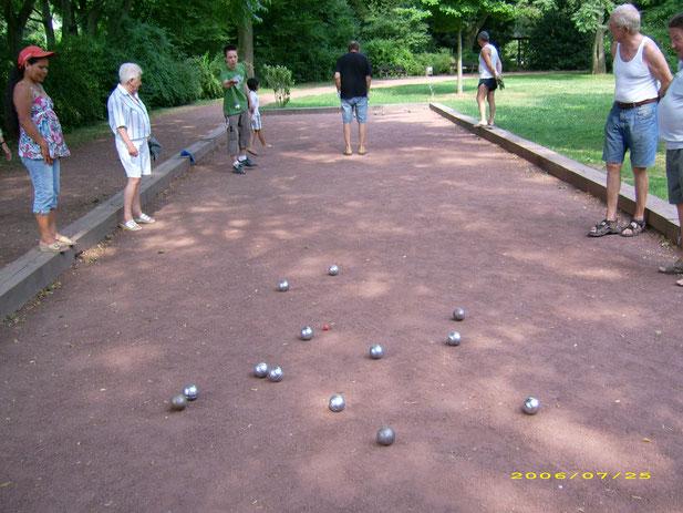 Es ist Sommer und es wird Boule gespielt im schönen Hülser Park