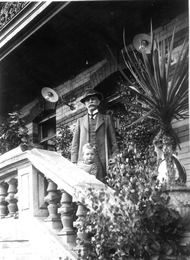 1915 Haupteingang (Großvater Koye mit Werner)