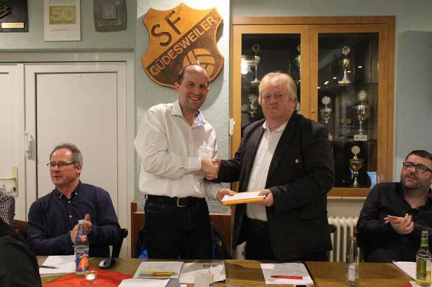 Elmar Kelkel bedankt sich bei Stephan Keil für die gute Arbeit bei den Sportfreunden