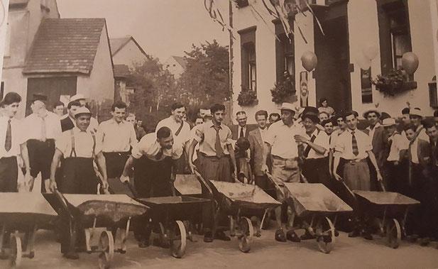 Alter Brauch am Kirmesmontag vorm Gasthaus Rauber. Straußbuben veranstalten 1952 ein Schubkarrenrennen