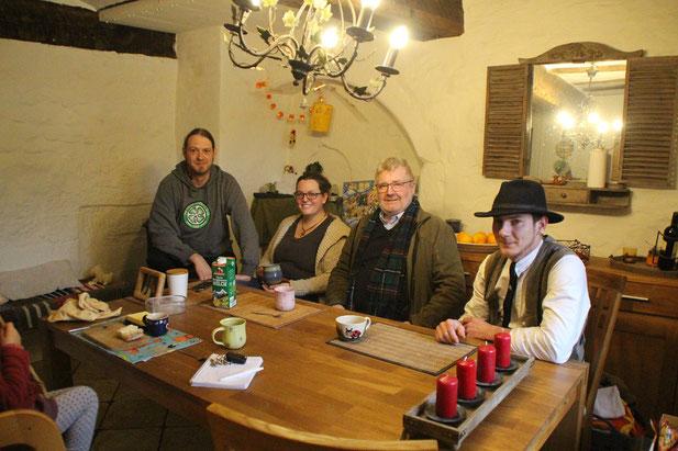 Gemütlich in der Stube: Phil, Vroni, Toni und Robert beim Plausch