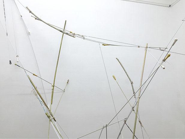 CONDITIONER IV | 2015 | Schleuderstangen, Vorhangstangen, gefundenes Material | Details from distance, Espacio Kamm,  Buenos Aires/Argentinien | 500 × 400 × 200 cm