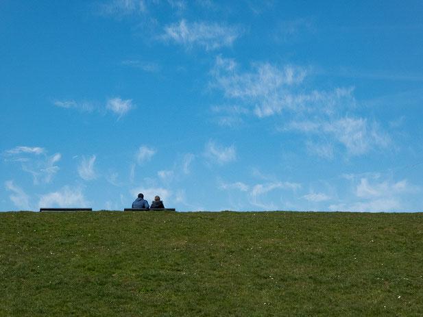 Zusammen allein, together alone, Deich, hinterm Deich, blaucher Himmel, grüner Deich