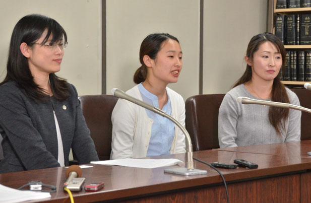 法廷終了後の記者会見(中央:金澤佑華さん)
