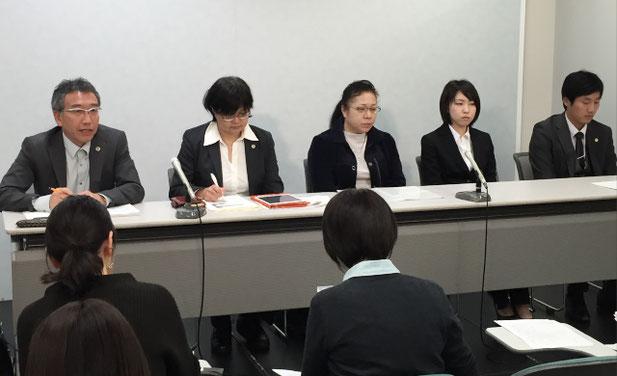 期日後の記者会見に臨む児玉望美さん(右から2人目)