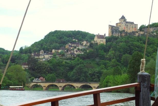 Au pied du château de Castelnaud (au loin... la gabare concurrente)