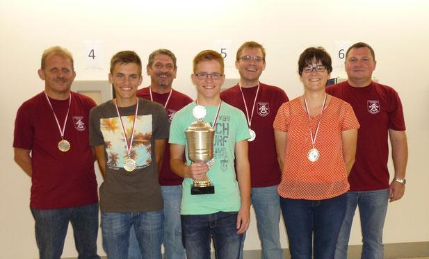 von links: Gerhard Schorr, Christian Heubeck, Dieter Karl, Jakob Heubeck, Christian Witt, Katrin Kaiser, Schützenmeister Bernhard Ochs (Foto: Michaela Karl)