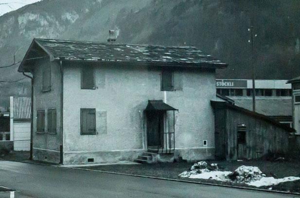Auch dieses Haus südlich der alten Waage wurde abgebrochen. An seiner Stelle sind heute Parkplätze und eine Lagerhalle der Firma Stöckli.