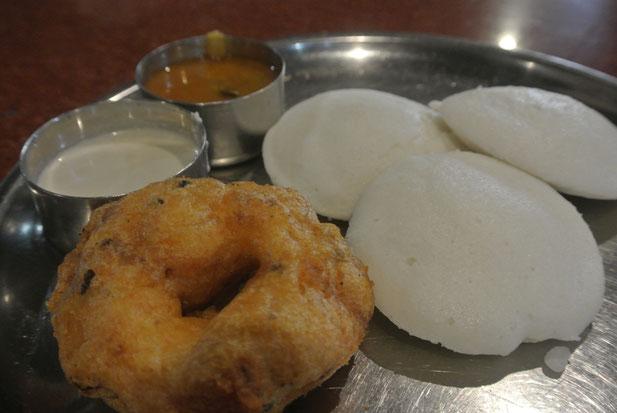 南インドの朝ごはん。ワダとイドゥリ。