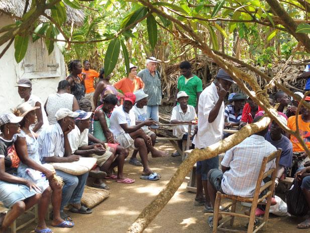 Les paysans attendent la distribution à l'Anse à Veau