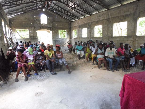 Les paysans attendent la distribution à Baradères
