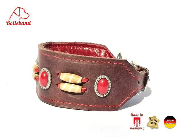 Dunkelbraunes handgefertigtes  Windhundhalsband aus Fettleder rotabgenäht mit roten Perlen besetzt und eingearbeitetem Polster und Innenfutter