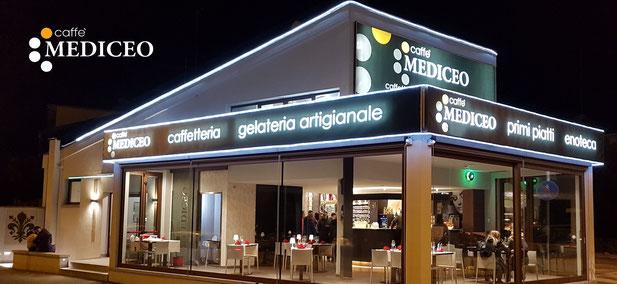 vista dall'esterno del caffè mediceo di borgo san lorenzo di notte