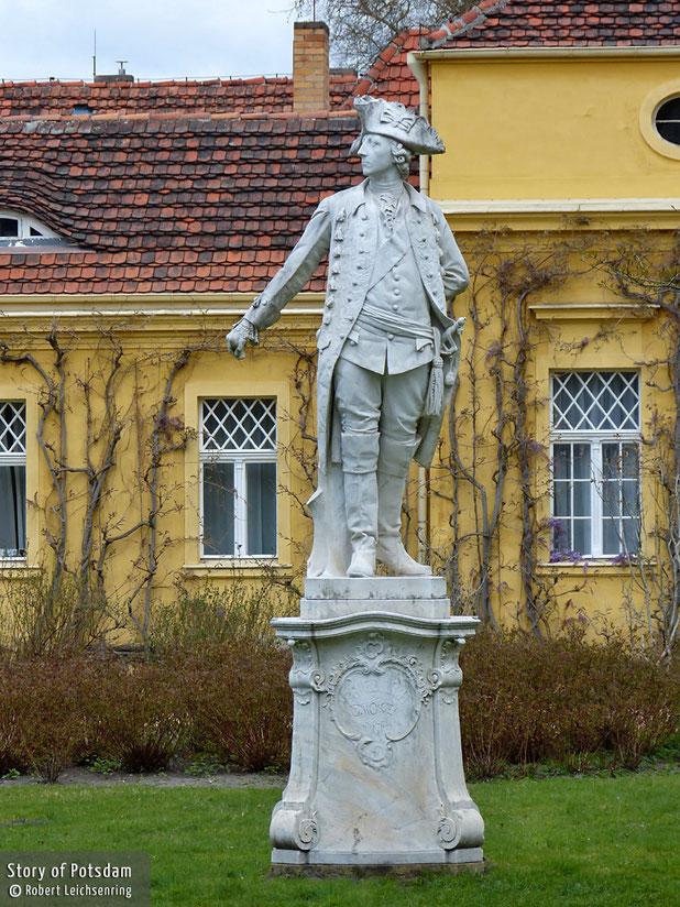 Marmorskulptur Friedrichs II. vor der Gartendirektion in Sanssouci.