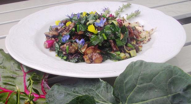 Frisches buntes Waldpilzragout mit Quinoa und Blüten