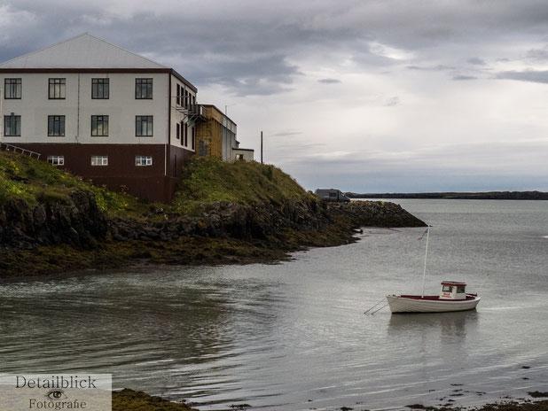 Haus an einer Bucht mit kleinem Boot