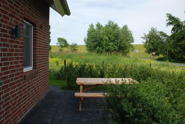 Die Frühstücksterrasse  mit Blick auf den Deich. ( Dat Roode Hus 40 )