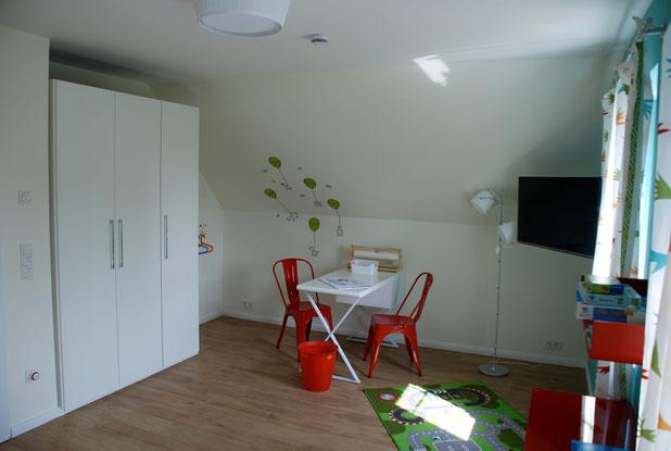 Schlafzimmer im Obergeschoss mit kindgerechter Einrichtung.