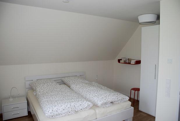 Schlafzimmer im Obergeschoss mit Babyecke.