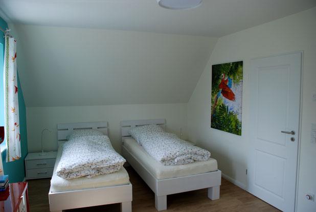 Schlafzimmer im Obergeschoss mit Einzelbetten.