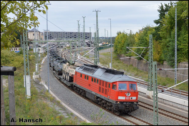 Am 16. September 2015 zieht 233 217-9 einen Militärzug aus Marienberg kommend (M 62506) durch Chemnitz Hbf. gen Zwickau. Ziel des Zuges ist Gardelegen