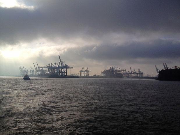 Düstere Morgenstimmung im Hamburger Hafen
