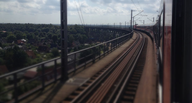 auf der Rendsburger Hochbrücke geht es über den Nord-Ostsee-Kanal